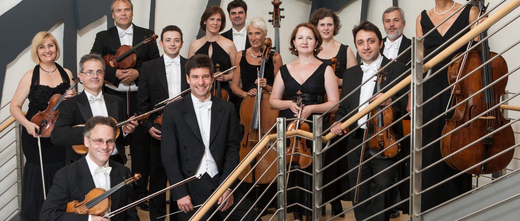 Pressefoto des Südwestdeutschen Kammerorchesters Pforzheim mit Timo Handschuh