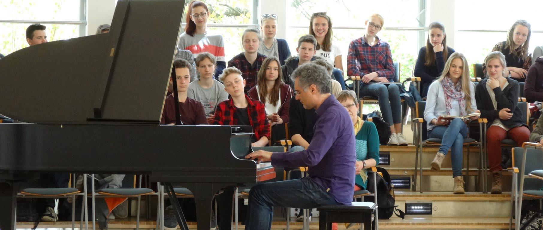 """""""Rhapsody in School"""" Auftritt von Matthias Kirschnereit, Foto Kerstin Klaholz"""