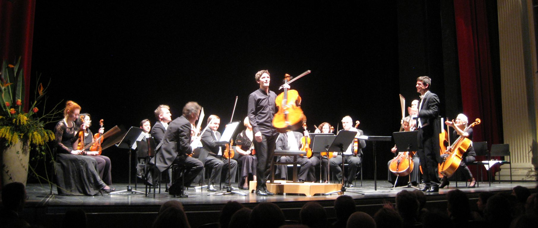 Cellist Maximilian Hornung, Timo Handschuh und das Südwestdeutsche Kammerorchester Pforzheim im Theater Kempten