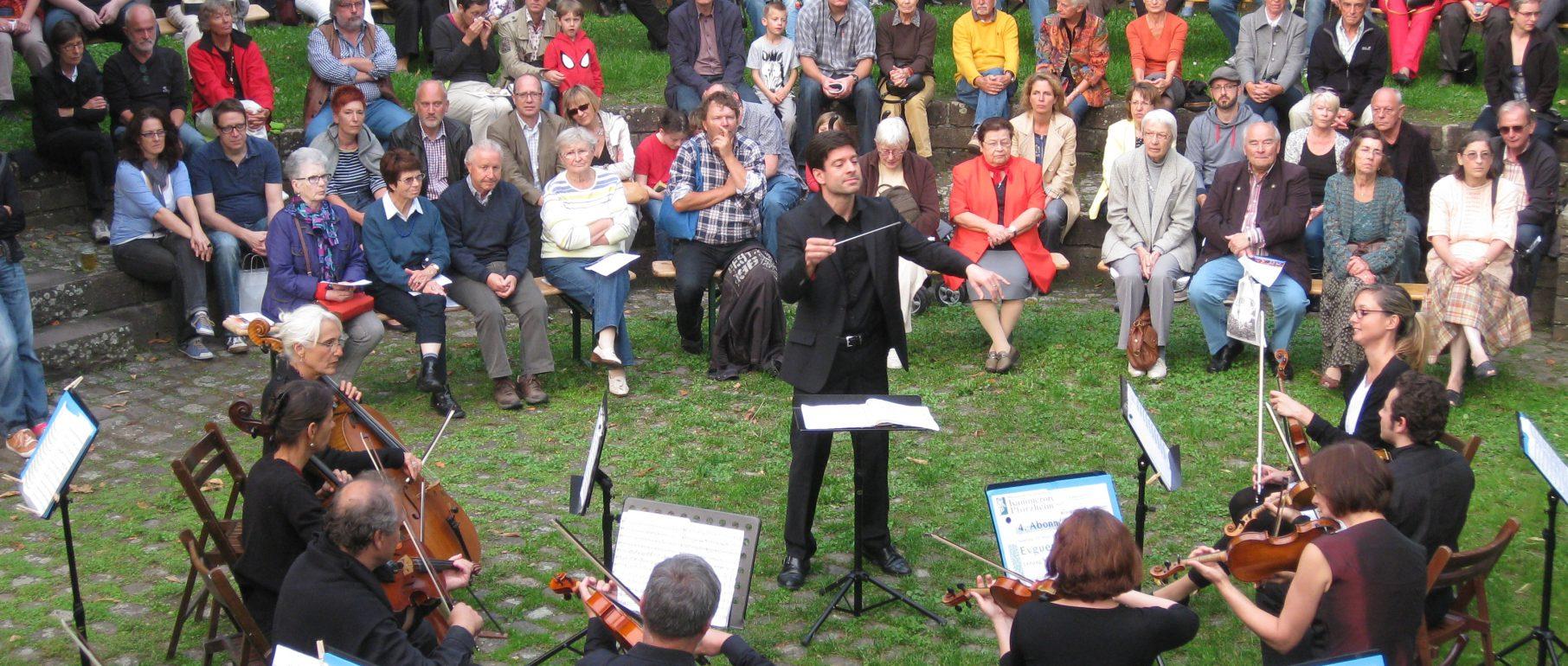 Brötzinger Samstag, Timo Handschuh dirigiert das Südwestdeutsche Kammerorchester Pforzheim im Freien